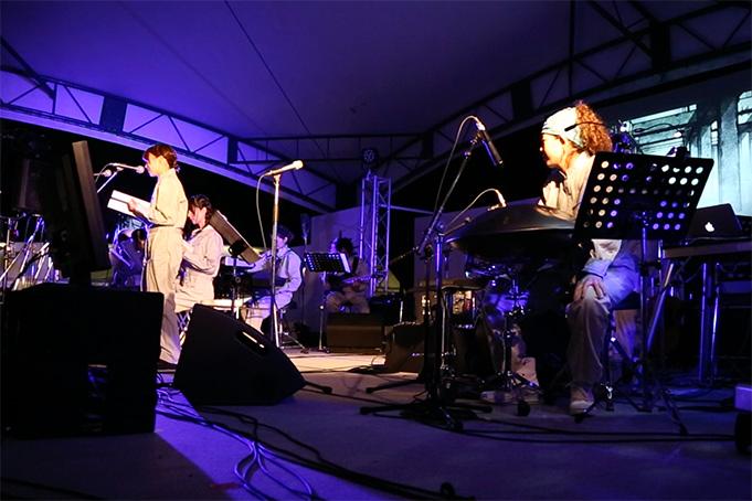 マチ★アソビ公演のオフィシャル写真より。右手にみえる円盤状の楽器がハンドパンだ。